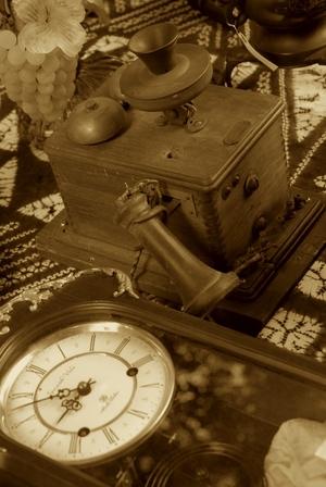 昔の電話と柱時計